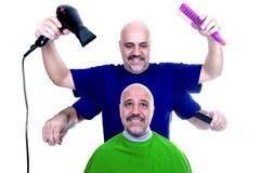 Concepto divertido de un hombre en el peluquero Fotos de archivo libres de regalías