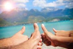 Concepto divertido del turismo en el mar con los fingeres hacia arriba imagen de archivo
