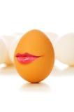 Concepto divertido - huevo de Brown con los labios Imagenes de archivo
