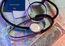 Concepto Doctors Without Borders, estetoscopio, boletos, mapa del mundo y pasaporte Imagen de archivo
