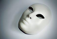Concepto dramático del teatro con la máscara blanca Imágenes de archivo libres de regalías