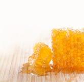 Concepto dulce de la comida panal sabroso en el de madera Imágenes de archivo libres de regalías