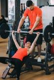 Concepto duro de la mujer del levantamiento de pesas del entrenamiento del gimnasio Imágenes de archivo libres de regalías