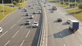 Concepto ecológico de los problemas Tráfico por carretera en ciudad grande almacen de video
