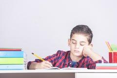 Concepto educativo con el muchacho que hace la preparación Fotos de archivo