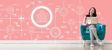 Concepto elegante de la ciudad con la mujer que usa un ordenador port?til fotos de archivo libres de regalías