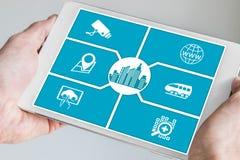 Concepto elegante de la ciudad Tableta de la tenencia de la mano o teléfono elegante Foto de archivo libre de regalías