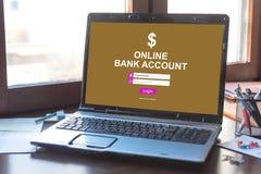 Concepto en línea de la cuenta bancaria en una pantalla del ordenador portátil fotografía de archivo libre de regalías