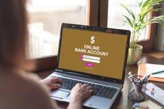 Concepto en línea de la cuenta bancaria en una pantalla del ordenador portátil fotos de archivo