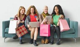 Concepto en línea de la felicidad de la feminidad de las mujeres que hace compras Imagen de archivo