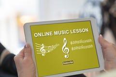 Concepto en línea de la lección de música en una tableta imagenes de archivo