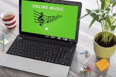 Concepto en línea de la música en un ordenador portátil imagen de archivo