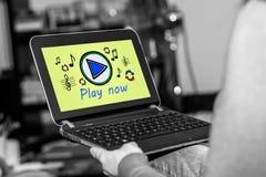 Concepto en línea de la música en una tableta fotografía de archivo libre de regalías