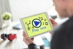 Concepto en línea de la música en una tableta foto de archivo