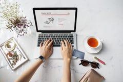 Concepto en línea de la tarjeta de crédito del sitio web de la mujer que hace compras imagen de archivo