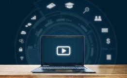 Concepto en línea de la tecnología del uso de los medios, del aprendizaje electrónico y de la red imagen de archivo