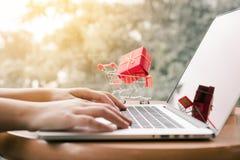 Concepto en línea de las compras con el teclado de ordenador de la mano de la mujer que mecanografía Fotografía de archivo