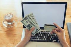 Concepto en línea de las compras, compras de la mujer usando la PC del ordenador portátil y tarjeta de crédito Fotografía de archivo libre de regalías