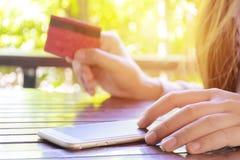 Concepto en línea de las compras Página web en Smartphone imagen de archivo libre de regalías