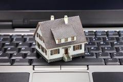 Concepto en línea de las propiedades inmobiliarias foto de archivo