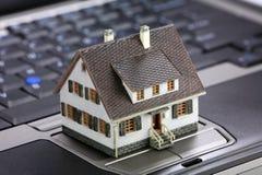 Concepto en línea de las propiedades inmobiliarias fotos de archivo
