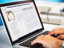 Concepto en línea del artículo de Internet del homepage del sitio web fotos de archivo