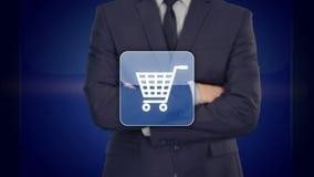 Concepto en línea del negocio de las compras que selecciona el carro de la compra el presionar del hombre de negocios ilustración del vector