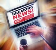 Concepto en línea del título de las noticias de última hora de Digitaces Foto de archivo libre de regalías