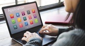 Concepto en línea del uso de la educación del aprendizaje electrónico imagen de archivo libre de regalías