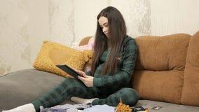 Concepto en línea que hace compras de la mujer embarazada almacen de metraje de vídeo