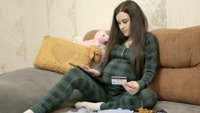 Concepto en línea que hace compras de la mujer embarazada almacen de video