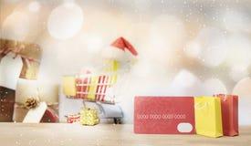 Concepto en línea que hace compras de la Navidad Bolso de la tarjeta de crédito y de compras Imágenes de archivo libres de regalías