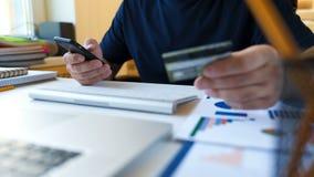 Concepto en línea que hace compras El hombre incorpora la información de la tarjeta de crédito para las compras en línea metrajes