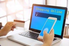 Concepto en línea que hace compras, gente que usa la tarjeta de crédito Imagen de archivo