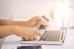Concepto en línea que hace compras, gente que usa la tarjeta de crédito a hacer compras Foto de archivo
