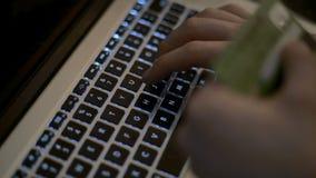 Concepto en línea que hace compras La mujer da sostener la tarjeta de crédito y usar el ordenador portátil metrajes