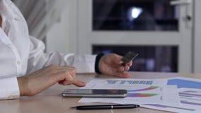 Concepto en línea que hace compras Manos de la mujer que sostienen la tarjeta de crédito y que usan el teléfono móvil Tiro de alt almacen de metraje de vídeo