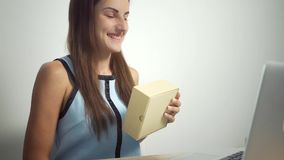 Concepto en l?nea que hace compras Mujer que sostiene una tarjeta de cr?dito y que usa el ordenador port?til la hembra da la tarj almacen de video