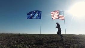 Concepto en las relaciones internacionales, sociedad internacional de los E.E.U.U. y unión europea Silueta del hombre en almacen de video