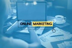 Concepto en línea de la promoción de la blanco de la estrategia del anuncio del márketing Fotos de archivo