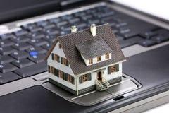 Concepto en línea de las propiedades inmobiliarias Imagen de archivo