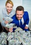 Concepto enorme del beneficio girl financiero lleva a cabo un paquete de placer de los dólares Hombre de negocios del hombre y se imagenes de archivo