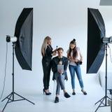 Concepto entre bastidores de la forma de vida del trabajo en equipo del estilista de la foto fotografía de archivo