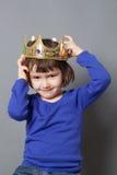 Concepto estropeado del niño para el niño de 4 años con la corona de oro torcida encendido Fotografía de archivo