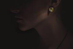 Concepto exclusivo de los accesorios de la joyería imagen oscura con el pendiente brillante en mujer lujo Fotografía de archivo libre de regalías
