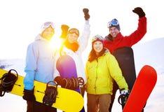 Concepto extremo del invierno de los amigos del esquí de los Snowboarders Imágenes de archivo libres de regalías