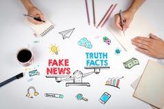 Concepto falso de la información de las noticias La reunión en la tabla blanca de la oficina fotos de archivo libres de regalías