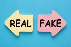 Concepto falso o real imagen de archivo