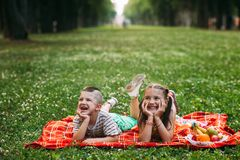 Concepto feliz de la naturaleza de la comida campestre de los momentos de la niñez Fotografía de archivo