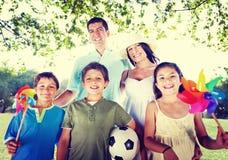 Concepto feliz de la naturaleza de la relajación de las vacaciones de la familia al aire libre Fotos de archivo
